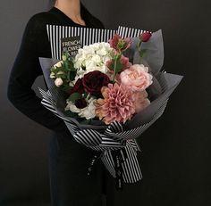 Flower Bouquet Diy, Beautiful Bouquet Of Flowers, Hand Bouquet, Beautiful Flower Arrangements, Green Flowers, Floral Bouquets, Floral Arrangements, Beautiful Flowers, How To Wrap Flowers