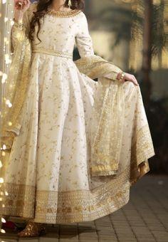 B'ful off white anarkali dress 😍 Pakistani Fashion Party Wear, Pakistani Dresses Casual, Pakistani Wedding Outfits, Indian Gowns Dresses, Pakistani Dress Design, Casual Dresses, Indian Fashion, Nikkah Dress, Salwar Dress