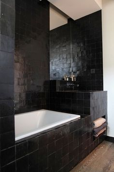 If you have a small bathroom in your home, don't be confuse to change to make it look larger. Not only small bathroom, but also the largest bathrooms have their problems and design flaws. Bad Inspiration, Bathroom Inspiration, Modern Bathroom Design, Bathroom Interior, Black Tiles, Modern Shower, Room Tiles, Beautiful Bathrooms, Dream Bathrooms