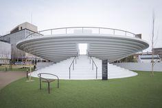 Het stationsplein van de stad Tenri in Japan is opnieuw ingericht, naar een masterplan van Nendo. Ronde vormen bieden plaats aan verschillende functies.