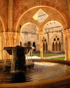 Claustro del Monasterio de Poblet #patrimoniohistoricocultural #patrimonidecatalunya #monestir #monasterio #monumentohistorico #catalunya #rutadelcister #cister #vimbodi #arquitectura #architecture