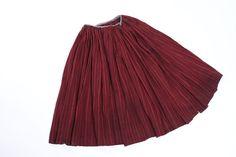 Sukně ,,vlněnka' - součást tradičního svátečního oděvu vdaných žen, v posledních letech nošena při masopustních obchůzkách, vlna, len, Hovězí, 2. polovina 19. století - Sbírka Muzea regionu Valašsko, muzeum ve Vsetíně
