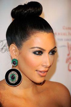 Brincos, quem vive sem? Adoramos brincos, pode ser maxi, bling, argolas, gota... o importante é combinar com você! Kim Kardashian não ficou linda este maxi brinco?