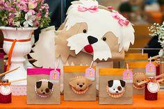 O aniversário de gêmeas organizado pela decoradora Adriana Porto ganhou diversas referências caninas nos docinhos personalizados e itens de decoração