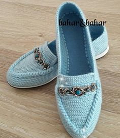 Crochet Slippers Using Flip Flop Soles - Free Patterns Crochet Sandals, Crochet Slippers, Knit Shoes, Sock Shoes, Spring Shoes, Summer Shoes, Crochet Slipper Pattern, Lace Flats, Shoe Pattern
