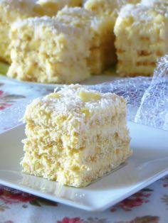 Ciasto, które z pewnością nikomu z Was nie jest obce. Herbatniki przełożone słodką, kokosową masą, a wierzch koniecznie posypany dodatk...