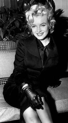Marilyn in fabulous black leather gloves