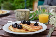 What's the perfect weekend breakfast or brunch meal? We'll pass on the bacon and eggs and take a plate of pancakes any time. But are pancakes vegan? Pancakes Végétaliens, Pancake Proteine, Oatmeal Pancakes, Vegan Pancakes, Protein Pancakes, Camping Pancakes, Fluffy Pancakes, Vanilla Pancakes, Pancake Breakfast