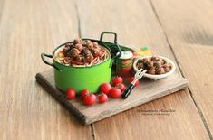 Miniature Dollhouse Spaghetti With Meatballs by Minicler on Etsy Miniature Dollhouse Furniture, Miniature Crafts, Miniature Food, Dollhouse Miniatures, Tiny Food, Fake Food, Juste Zoe, Mini Cafe, Accessoires Barbie