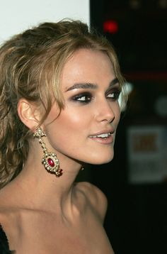 "Keira Knightley Photos Photos - Actress Keira Knightley attends the premiere of 'Pride & Prejudice' at Loews Lincoln Square November 10, 2005 in New York City. - Focus Features Premiere Of ""Pride & Prejudice"" - Arrivals"