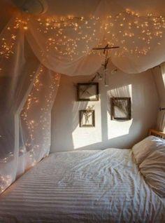 Ihr nehmt 4 Haken und befestigt sie parallel zu den Bettkanten. Anschließend drapiert ihr dünnen Stoffen wie auf dem Bild über dem Bett. Zum Schluss spannt ihr eine warmweiße LED Lichterkette (▶200er LED Lichterkette warmweiß ) zwischen die Haken und...