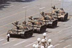 """""""L'homme de la place Tiananmen"""" est une des photos qui a marqué le XXe siècle. Le photographe Jeff Widener nous raconte l'histoire de cette photo mystérieuse."""
