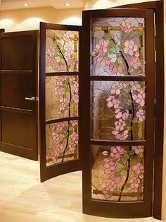 Картины из стекла или просто витражи способны преобразить любой интерьер, сделав его уникальным, нарядным, незабываемым