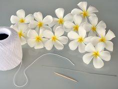 how to make a Hawaiian flower lei Hawaiian Crafts, Hawaiian Theme, Hawaiian Luau, Hawaiian Lei Flower, Flower Lei, Tropical Flowers, Diy Flowers, Paper Flowers, Hibiscus