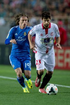 Jorge Andujar Moreno competes for the ball with Luka Modric during the La Liga match between Sevilla FC and Real Madrid CF at Estadio Ramón Sánchez Pizjuán on March 26, 2014 in Seville, Spain.