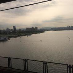 2016-08-09 화요일 서울의 한강은 정말 멋진 곳.. 날마다 볼 수 있다니 행복하다.. 여유가 조금만 있으면 더 살기 좋을텐데.. 요즘은 세계 어디든 다 여유가 없다고 한다 자본에 매몰된 삶의 끝은 노예인가.. 해피 화요일 #한강 #출근길