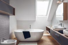 Łazienka z wanną wolnostojącą na poddaszu