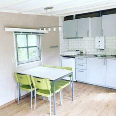 Huisje 203 op de Sprookjescamping beschikt over een hele nieuwe, lichte keuken Cabinet, Storage, Modern, Table, Furniture, Home Decor, Chalets, Clothes Stand, Purse Storage