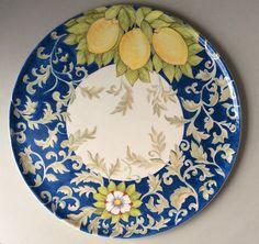 lindo pratos de cerâmica pintado a mão Plate Wall Decor, Plates On Wall, Painted Plates, Hand Painted Ceramics, Ceramic Painting, Ceramic Art, Ceramic Pottery, Pottery Art, Art Atelier