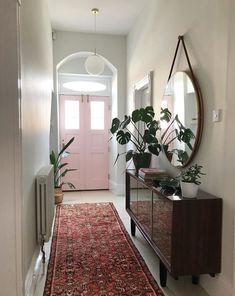 Jak ożywić banalną przestrzeń korytarza? Ręcznie tkanym chodnikiem. Poszukaj idealnego: http://dywanyperskie.com.pl/kategoria/dywany/ #dywanyperskiekrakow #chodniki #runners #orientalrugs #hallway