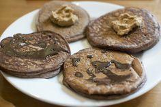 """Sjokoladeproteinbokhvetepannekaker med hjemmelaget peanøttsmør og sukkerfri sjokoladesirup.    """"Grunnrøren er bokhvetepannekakemiks, egg, mager kesam, skummetmelk, fiberhusk og salt. Også kjører jeg på med ulike proteinpulver, banan, panøttmel, kardemomme osv etter hva som faller meg inn."""""""