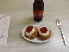 'Bombas' de La Cova Fumada, Barceloneta, Barcelona. Son bolas de patata con carne picada en su interior, fritas y acompañadas por una salasa de tomate picante y un allioli ligero... ¡celestial!