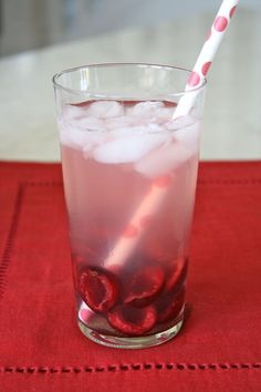 Cherry Fizz (via The Farm Chicks): Cherries, Sparkling Water and Lemonade. (I bet you could even add some vodka or gin. Valentine's Day Drinks, Fruit Drinks, Smoothie Drinks, Non Alcoholic Drinks, Summer Drinks, Smoothies, Beverages, Cocktails, Cherries Jubilee