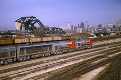 """rr402 - Santa Fe """"Warbonnets"""" off the inbound """"Texas Chief"""" south of the Chicago Loop"""