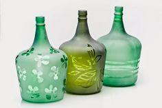 10 Ideas para Reciclar Damajuanas Wine Bottle Art, Wine Bottle Crafts, Bottles And Jars, Glass Bottles, Diy Cristals, Jar Art, Altered Bottles, Bottle Painting, Diy And Crafts