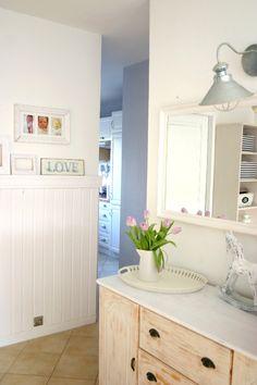 Idea for my kitchen wall - My little white Home: Biała boazeria w przedpokoju