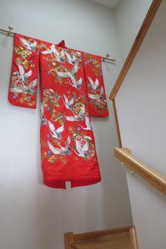 Kimono display Source by slsullivanpin Japanese Wedding Kimono, Japanese Kimono, Japanese Party, Japanese Geisha, Japanese House, Japanese Style, Japanese Home Decor, Asian Home Decor, Yukata
