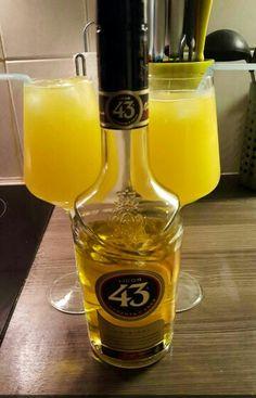Verona 43 cocktail. Zeer makkelijk te maken. Benodigdheden: - groot wijnglas - 45 ML likeur 43 - citroen/limoensap - Sinaasappelsap - ijsblokjes - Eventueel scheutje Spa rood VOILA! Een echt zomerse simpele cocktail.