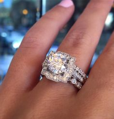 The portrait halo, or picture frame halo, is an antique style seen in many Harry Winston rings.