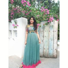From the kalamkari edition ! 🌸🌸 Source by nathidivya dresses indian Kalamkari Dresses, Ikkat Dresses, Long Gown Dress, Frock Dress, Long Gowns, Saree Dress, Indian Wedding Gowns, Indian Gowns Dresses, Frock Models