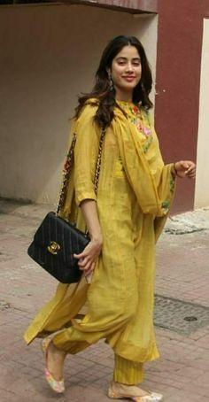 Casual Indian Fashion, Pakistani Fashion Party Wear, Pakistani Dresses Casual, Indian Fashion Dresses, Pakistani Dress Design, Stylish Dress Designs, Designs For Dresses, Stylish Dresses, Casual College Outfits