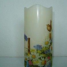 LED Kerze mit  Blumen und VogerlWunderschöne und einzigartige LED Kerze aus Echtwachs mit Flackerlicht! Das schöne Blumenmotiv mit Vogerl verzaubert bestimmt jedes Plätzchen, an dem die Kerze steht!Diese schöne Kerze kann einfach überall platziert werden, ohne dass etwas abbrennen könnte! Auf der Unterseite der Kerze befindet sich ein Schalter, mit dem man die Kerze ein und ausschalten kann!Benötigte Batterien ( 2 Stück AAA) sind im Lieferumfang enthalten!Eine ideale Geschenkidee und ein ...