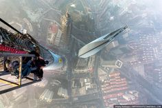 Crazy Rooftopper climbs the Shanghai Tower! Don't look down ...
