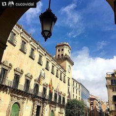 ¡Bienvenido marzo! Nuestro seguidor @cucovidal nos invita a disfrutar de esta bonita vista de la Plaza del Ayuntamiento ☺️ #MifotoAlicante #AlicanteCity #Alicante #CostaBlanca