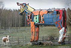 Extrañas esculturas de vacas gigantes, hechas con piezas de automóviles. | Rincón Abstracto