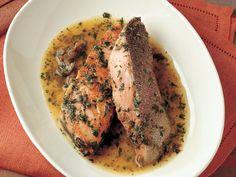 Kaparili Somon Balığı  Somonbalığı filetosunu una bulayın. Somonbalığını tereyağı ile yapışmaz yüzeyli bir tavada 5-6 dakika soteleyin. Balığı sotelediğiniz tavanın içine 20 gram doğranmış kapari ekleyin. Tavaya 80 ml beyaz şarap ve limon suyu ilave edip 5 dakika daha pişirin. 1 çorba kaşığı doğranmış maydanozu ve yemeğin kendi suyunu somonbalığı filetosunun üzerine…