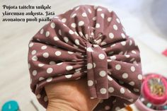 DIY Turbaanipipo rusetilla - Punatukka ja kaksi karhua Turban Tutorial, Hair Bow Tutorial, Diy Baby Headbands, Diy Headband, Ribbon Hair Bows, Ribbon Rose, Ribbon Flower Tutorial, Wedding Fabric, Headband Pattern