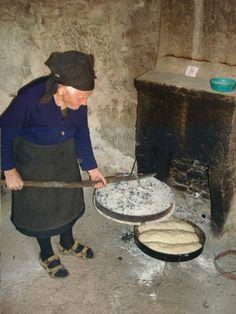 33 συγκινητικές φωτογραφίες ανθρώπων που έμειναν πίσω στο χωριό Baguette, Greece Pictures, Candice Bergen, Greece Photography, Food Technology, History Photos, Thessaloniki, People Of The World, No Cook Meals