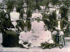 """Familiefoto uit 1910. De man is Isaac Fernandes (joods-Portugese familie) en de vrouw is Elisabeth Clasina Vroom, een Creoolse vrouw van de plantage """"De Guinese Vriendschap"""". Zij was de dochter van de plantage-eigenaar en een van diens slavinnen. Zelf is ze vrijgekocht. Dubbelklik voor meer info op Suriname webquest."""