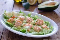 L'Insalata di salmone con avocado e salsa allo yogurt, è un piatto unico fresco, leggero e tanto gustoso, al profumo di limone e basilico!