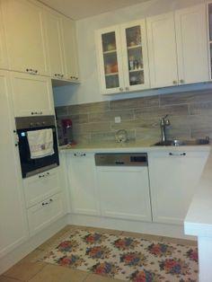 Cucina tutta bianca, anche il piano! ma pavimento color legno ...