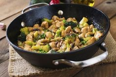 Delicious & Healthy Chinese Ginger Chicken with Broccoli - this recipes ticks all the boxes: healthy, delicious, Keto and Low Carb friendly and only 3 points on Weight Watchers Freestyle! Paleo Dinner, Dinner Recipes, Easy Chicken Stir Fry, Healthy Chicken, Electric Skillet Recipes, Healthy Chinese, Chinese Food, Ginger Chicken, Go For It