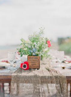 Detalle de la red como camino de mesa y caja donde se colocan las flores.