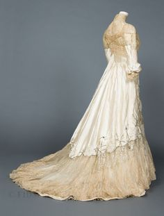6 Beautiful Wedding Dress Trends in 2020 Vintage Gowns, Mode Vintage, Vintage Outfits, Bridal Skirts, Bridal Gowns, Belle Epoque, Edwardian Fashion, Vintage Fashion, Edwardian Gowns