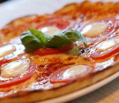 Pizza er en fantastisk spise, når den er lavet ordenligt. Her får du opskriften på en hurtig og nem pizzadej.