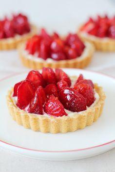 Las tartaletas de fresa son un postre perfecto para el verano ya que la fresa es una fruta muy refrescante.